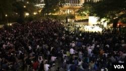逾千民众11月10日晚聚集在香港遮打花园,为去世的香港科技大学学生周梓乐举行祷告会