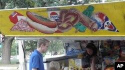 街头摊贩卖热狗