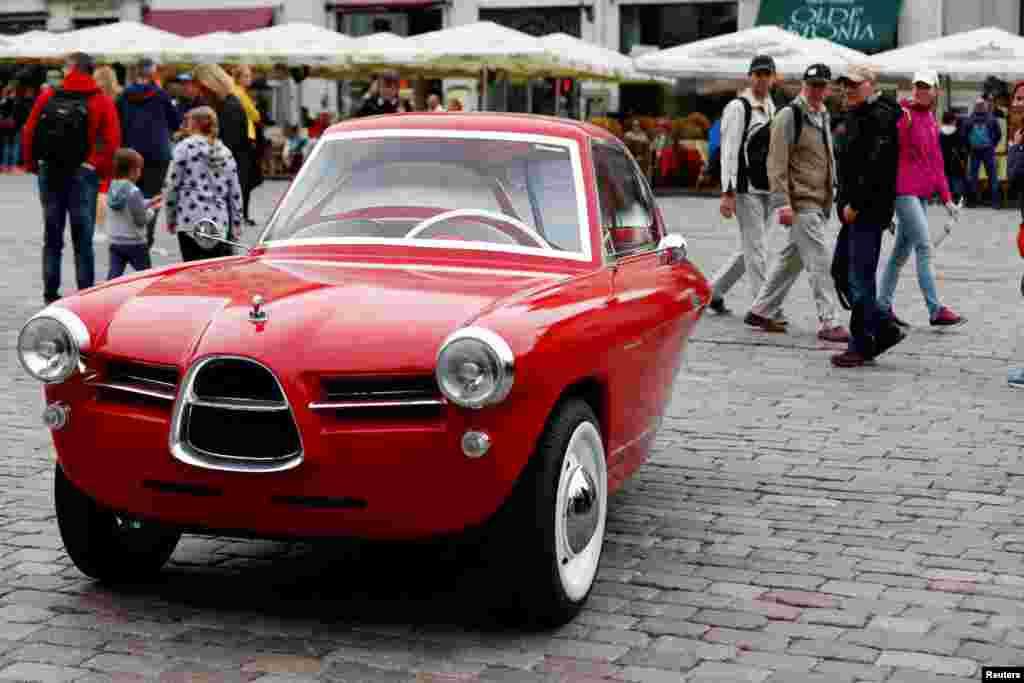 یک خودرو سه چرخه که شباهت بسیاری به خودرو های کلاسیک و قدیمی دارد در تالین پایتخت استونی در معرض دید عموم قرار گرفت.