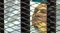 Hosni Mubarak terbaring di tempat tidur di balik jeruji untuk sidang peradilannya, 3 Agustus 2011 (AP/Egyptian State TV).