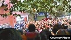 苹果日报图片:大批民众在太伏中学校门外讨要真相