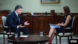 VOA's Myroslava Gongadze speaking with Ukrainian President Petro Poroshenko in Kyiv, Ukraine, September 4, 2015.