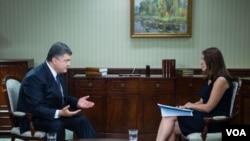 VOA's Myroslava Gongadze speaking with Ukrainian President Petro Poroshenko in Kyiv, Ukraine, September 4, 2015.