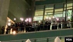 一批蘋果日報編採人員6月24日凌晨在蘋果日報大樓平台高舉手機燈,向大樓外聲援的市民表達謝意(美國之音湯惠芸)