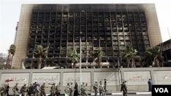 Gedung kantor partai Nasional Demkrat pimpinan Mubarak dibakar oleh demonstran di Kairo (foto: 15 Februari 2011).