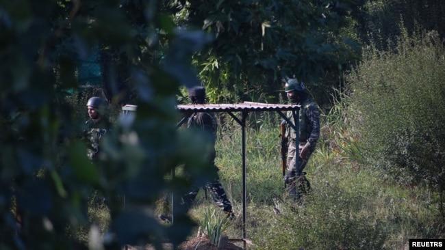 بھارتی سیکیورٹی فورسز کے اہل کار سید علی گیلانی کی قبر کے قریب موجود ہیں۔