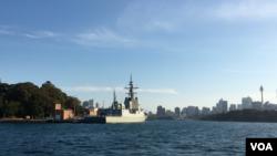 澳大利亞一艘軍艦停靠在悉尼港。