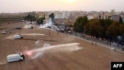 Cảnh sát chống bạo động Thổ Nhĩ Kỳ sử dụng hơi cay và vòi rồng để giải tán một cuộc biểu tình của người Kurd ngày 7/11/2013.