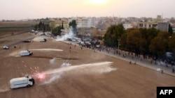 Cảnh sát Thổ Nhĩ Kỳ bắn hơi cay vào người biểu tình Kurd.