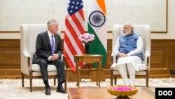 인도를 방문 중인 짐 매티스 미국 국방장관(왼쪽)이 26일 뉴델리 총리관저에서 나렌드리 모디 총리와 면담했다.