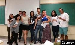 Niniek Lunde dan mahasiswa ketika sedang bermain peran dalam kelas Bahasa Indonesia di UC Berkeley. (Foto: Dokumentasi Pribadi)