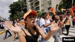 ພວກສະໜັບສະໜູນ ຝ່າຍຄ້ານ ເຂົ້າຮ່ວມການໂຮມຊຸມນຸມ ປະທ້ວງ ເພື່ອຮຽກຮ້ອງໃຫ້ມີການລົງປະຊາມະຕິ ປົດປະທານາທິບໍດີ Nicolas Maduro ຂອງເວເນຊູເອລາ ອອກຈາກຕຳແໜ່ງ, ໃນນະຄອນກາຣາກາສ, ວັນທີ 16 ກັນຍາ 2016.