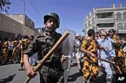 2月18日也门防暴警察袭击抗议者