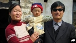 陳光誠與妻兒來美前, 在山東臨沂老家(資料照片)