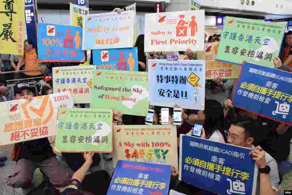 香港空勤人員總工會向民航處代表遞交請願信。(美國之音湯惠芸攝)