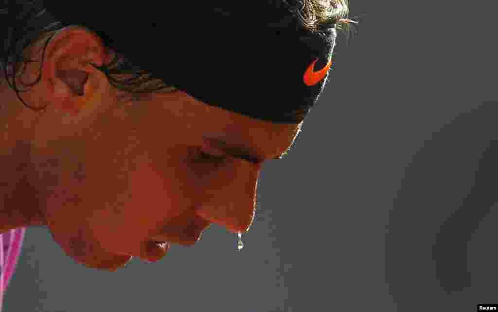 Tay vợt Tây Ban Nha Rafael Nadal chuẩn bị giao bóng trong trận đấu đơn nam với người đồng hương Daniel Gimeno-Traver tại giải quần vợt Chilê Mở rộng ở thành phố Vina del Mar, Chilê, ngày 8 tháng 2 năm 2013.