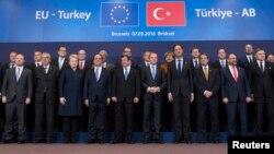 Премьер-министр Турции Ахмет Давутоглу и лидеры стран Евросоюза во время встречи в Брюсселе. 7 марта 2016 г.