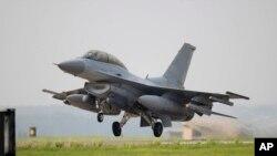 Güney Kore hava kuvvetlerine bağlı bir KF-16 savaş uçağı tartışmalı hava bölgesine girmek üzere havalanrken