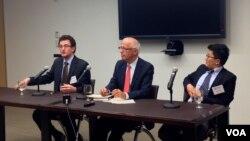 《稀缺中國》的作者葉文斌 (William Adams)(左一)和馬暘 (Damien Ma)(右一)在美中關係全國委員會推介新書。(美國之音方方拍攝)