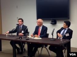 《稀缺中国》的作者叶文斌 (William Adams)(左一)和马旸 (Damien Ma)(右一)在美中关系全国委员会推介新书。(美国之音方方拍摄)