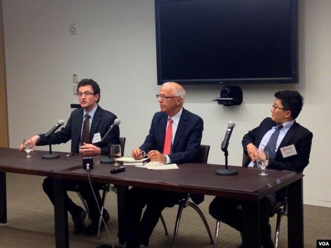 《稀缺中国》的作者叶文斌 (William Adams)(左一)和马旸 (Damien Ma)(右一)在美中关系全国委员会推介新书(2013年10月)。(美国之音方方拍摄)