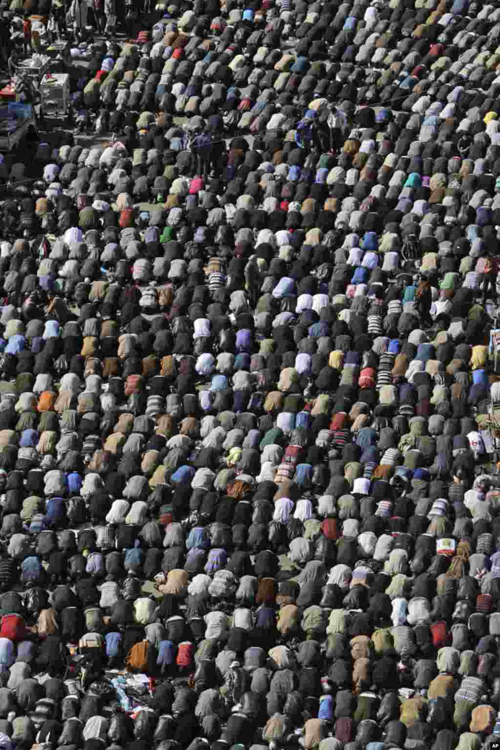 Egyptian protesters attend Friday prayers during a rally in Tahrir Square, in Cairo, Egypt. January 27, 2012. (AP)
