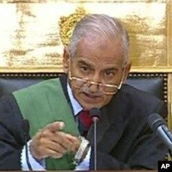 O juiz Ahmed Rifaat durante o julgamento.