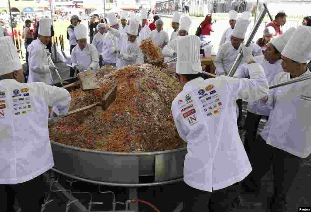 Un gigantesco plato de arroz cantonés preparado para las celebraciones del Nuevo Año Lunar chino en San José, Costa Rica.