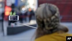 Tidak seperti di Indonesia, 'selfie stick' atau 'tongsis' baru populer di kalangan warga Amerika dalam beberapa bulan terakhir.