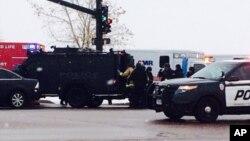 Les autorités réagissent après les rapports faisant état d'une fusillade près d'une clinique de planning familial vendredi 27 novembre 2015, à Colorado Springs, Colo (Kody Fisher / FOX21 Nouvelles via AP)