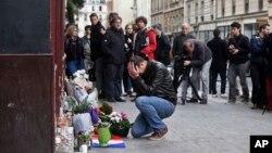 Recueillement sur les lieux du drame au bar le Carillon à Paris, le 14 novembre 2015. (AP Photo/Thibault Camus)
