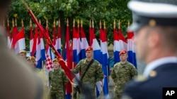 """Hrvatski vojnici prisustvuju ceremoniji proslave 25. godišnjice vojno-policijske akcije """"Oluja"""", u Kninu, Hrvatska, 5. avgusta 2020. (Foto: AP, Darko Bandić)"""