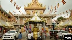 Cambodians gather to celebrate Phum Ben at a pagoda in Phnom Penh, Cambodia, September 16, 2017. (Tum Malis/VOA Khmer)