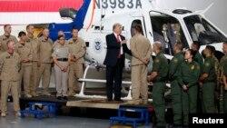 Presiden AS Donald Trump berbincang dengan petugas perbatasan saat mengunjungi Fasilitas Perbatasan di Yuma, negara bagian Arizona, Selasa (22/8).