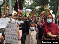 Ratusan pengungsi Afghanistan berdemonstrasi di depan kantor UNHCR Jakarta menuntut permukiman kembali, Selasa (24/8). (VOA/Indra Yoga)