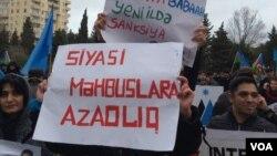 """Müsavat Partiyasının """"Siyasi məhbuslara azadlıq!"""" mitinqində şüar- 14.12.2014-cü il"""