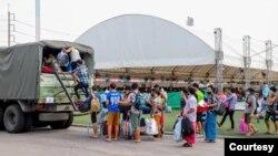 ယာယီ ေဆးရံုကေန ဆင္းလာတဲ့ ျမန္မာေရႊ႕ေျပာင္းအလုပ္သမားတခ်ိဳ႕။ (ဓာတ္ပံု - Samut Sakhon Provincial Public Relations Office - ဇန္နဝါရီ ၁၃၊ ၂၀၂၁)