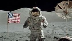 Judžin Sernan na slici kolege Herisona Šmita za vreme misije Apola 17, tokom koje su njih dvojica proveli oko 75 sati na površini Meseca