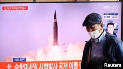 韩国电视节目2021年9月15日播放朝鲜发射弹道导弹的图片(路透社)