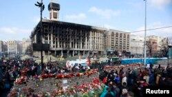 ຜູ້ຄົນພາກັນໄປວາງດອກໄມ້ ເພື່ອໄວ້ອາໄລ ໃຫ້ແກ່ພວກທີ່ເສຍຊີວິດ ລະຫວ່າງການປະທະກັນ ໃນເຂດໃຈກາງນະຄອນ Kyiv ເມື່ອໄວໆມານີ້ (24 ກຸມພາ 2014)