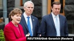 Сенатори Джин Шагін, Роб Портман та Кріс Мерфі під час спілкування з пресою в Києві 2 червня