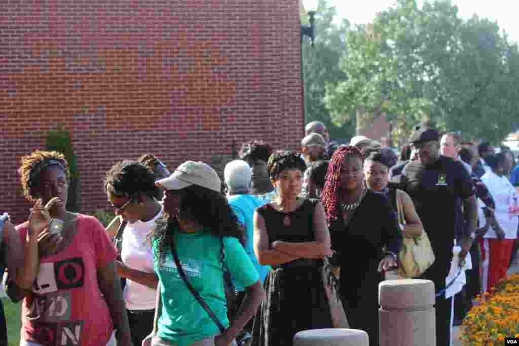 Las personas esperaron pacientes para tratar de obtener un puesto dentro del lugar del sepelio del joven. [Foto: Alberto Pimienta, VOA]