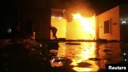 Στις φλόγες παραδόθηκε το αμερικανικό Προξενείο στην Βεγγάζη