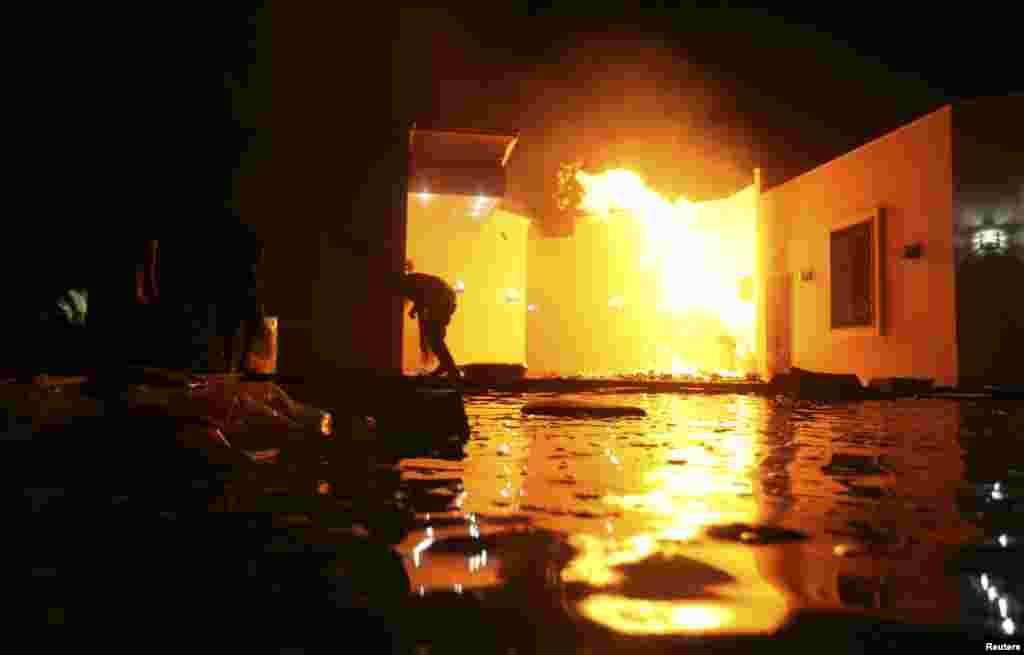 Gedung konsulat AS di Benghazi, Libya terbakar dalam serangan para demonstran, Selasa malam (11/9).