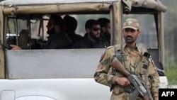 Binh sĩ Pakistan canh gác tại một chốt kiểm soát ở thành phố Rawalpindi