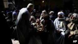 Des hommes assistent à un deuil au sein de la communauté copte d'Egypte, au Caire, Egypte, 16 février 2015.