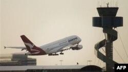 Лайнер Qantas взлетает из аэропорта Сиднея.