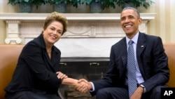 Presiden AS Barack Obama (kanan) menerima Presiden Brazil Dilma Rousseff hari Selasa (1/7) di Gedung Putih.