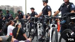 """Face-à-face entre policiers et militants du mouvement """"Occupy"""" à Charlotte"""