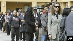 Job applicants wait in line at a job fair in San Jose, California, March 22, 2011 (file photo)